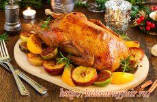 Румяный рождественский гусь с яблоками и хрустящей корочкой — объедение!