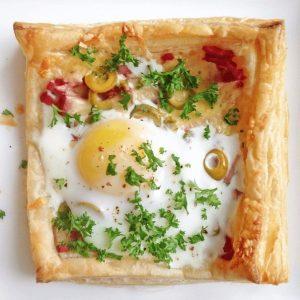 Слойки с яйцом, ветчиной и сыром — невкусно быть не может!