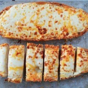 Чесночный хлеб с сыром, ведь это очень вкусно!