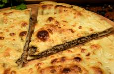 Тонкий мясной пирог на сметанном тесте — аппетитная и достойная выпечка!