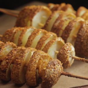Картофель на шпажке — любимое угощение!