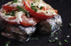 Скумбрия, запеченная под овощами — нежная сочная рыбка!