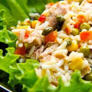 Салат с рисом и тунцом — легкое блюдо для всей семьи!