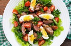 Теплый салат с куриной печенью — отличное сочетание продуктов!