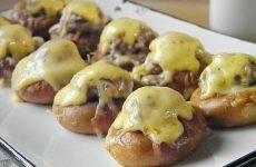 Бублики с фаршем в духовке — вкусная горячая закуска!
