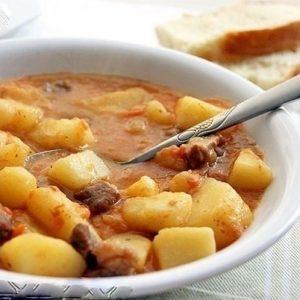 Картошечка, тушенная с мясом — отличный вариант обеда или ужина, настоящая мужская еда!