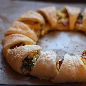 Пирог-венок с беконом, яйцами и сыром — красивый, вкусный и быстрый пирог!
