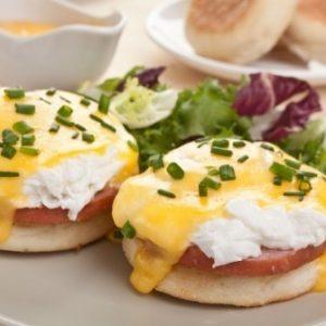 Булочка с ветчиной и яйцом «Бенедикт» — сытное и вкусное блюдо, задающее отличный тон всему дню!