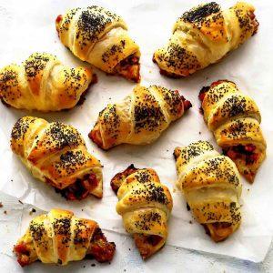 Рогалики с ветчиной, сыром и помидорами — настолько вкусные, что нельзя оторваться…!