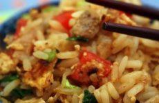 Жареный рис со свининой — восхитительно вкусное блюдо!