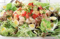 Голливудский салат с курицей и беконом — сытный и вкусный, причем без майонеза!