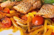 Форель с овощами под мятным соусом — очень ароматное и легкое блюдо!
