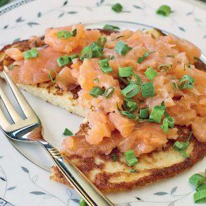Картофельные оладьи (деруны) с лососем — пойдут на ура!