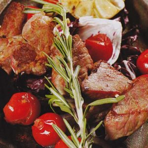 Свиной шашлык с розмарином — вкусное угощение для пикника!