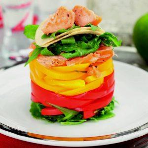 Теплый салат с форелью, перцем, картофельными чипсами и рукколой — сытный и в то же время легкий!
