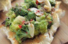 Закуска из брокколи с анчоусами — получается необычной, такой, какой вы ее еще точно не пробовали!