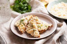 Закусочные чесночные гренки с вареным яйцом — идеальное блюдо к завтраку на скорую руку!