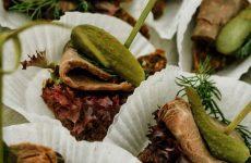 Канапе с бужениной — хорошая закуска для праздничного стола!