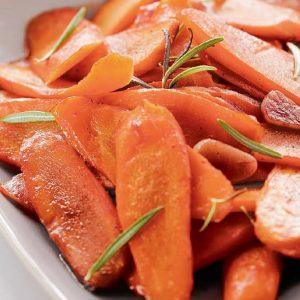 Молодая морковь с чесноком — такая элементарная закуска, но столько радости!