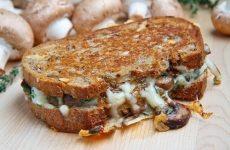 Американский бутерброд-гриль с шампиньонами и сыром — гость на любом столе!