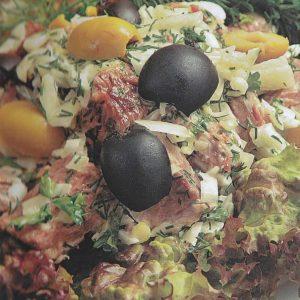 Салат из куриного мяса с оливками — достаточно просто и быстро и еще вкусно!