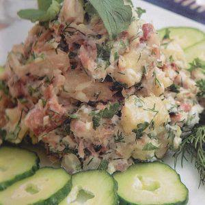 Салат из курицы, фасоли, сельдерея — это очень сытное и вкусное блюдо!