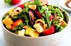 Салат с клубникой, рукколой и авокадо — неожиданно вкусный!