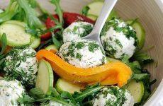 Салат из запечённого перца и свежего кабачка с овечьей брынзой — полезный и вкусный!