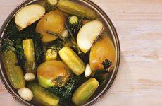 Малосольные огурцы с яблоками — очень быстрый рецепт!