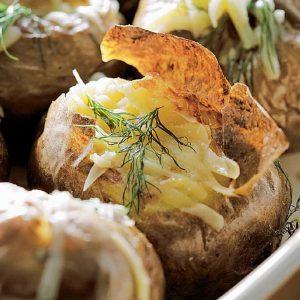 Запеченная картошка с сыром — простое и вкусное блюдо!