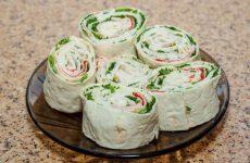 Быстрая закуска из лаваша с еврейским салатом — находка для многих блюд!