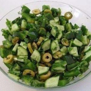 Зеленый салат из огурцов и оливок — витаминный и весенний салатик!