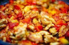 Бразильский салат с пряной свининой, баклажанами и сыром Фета — совершенно уникальное блюдо!