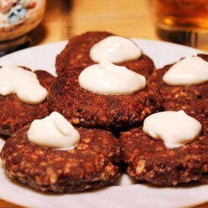 Шоколадные сырники с изюмом — классический завтрак!