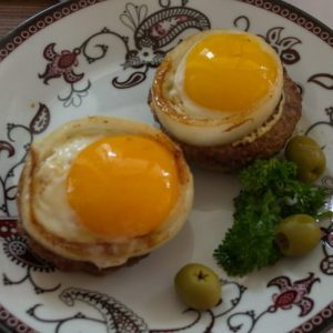 Бифштекс с яйцом и луком — популярное сытное блюдо!