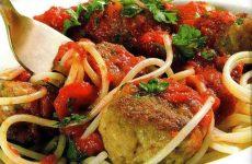Куриные тефтели в овощном соусе — сытное, насыщенное, добротное блюдо!