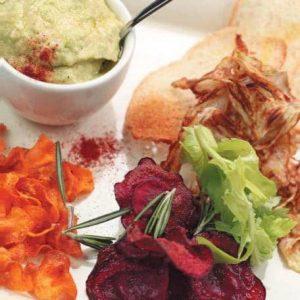 Гуакамоле с овощными чипсами — нечто очень оригинальное!