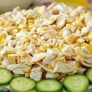 Салат с курицей и яичными блинчиками — сытный и очень вкусный!