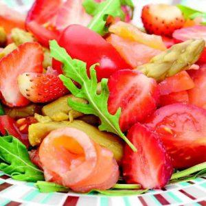 Салат из лосося со спаржей и клубникой — красив и оригинален по вкусу!