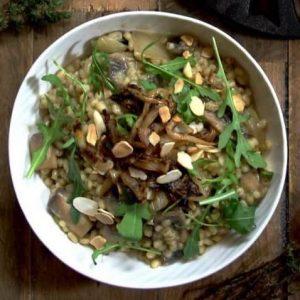 Перловка с грибами и карамелизированным луком — прекрасное самостоятельное блюдо или вкусный гарнир!