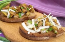 Гренки с солеными грибами — вкусные бутерброды!