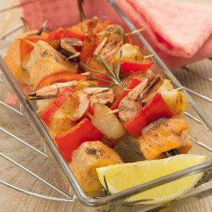 Лосось на шпажках из розмарина с креветками — получаются ароматные и сочные шашлычки!