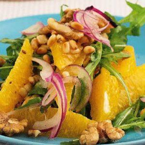 Апельсиновый салат с орехами, рукколой и красным луком — не только красиво, но и полезно!