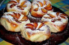 Ватрушки с творогом и сливами — отличное сочетание кисловатого вкуса сливы со сладким творогом!